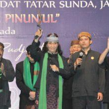 Menteri Susi Menerima Penghargaan dari Olot-olot Masyarakat Jawa Barat